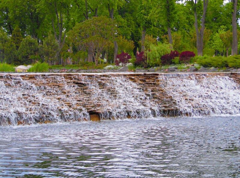 Ein Teich mit einem Wasserfall stockbild
