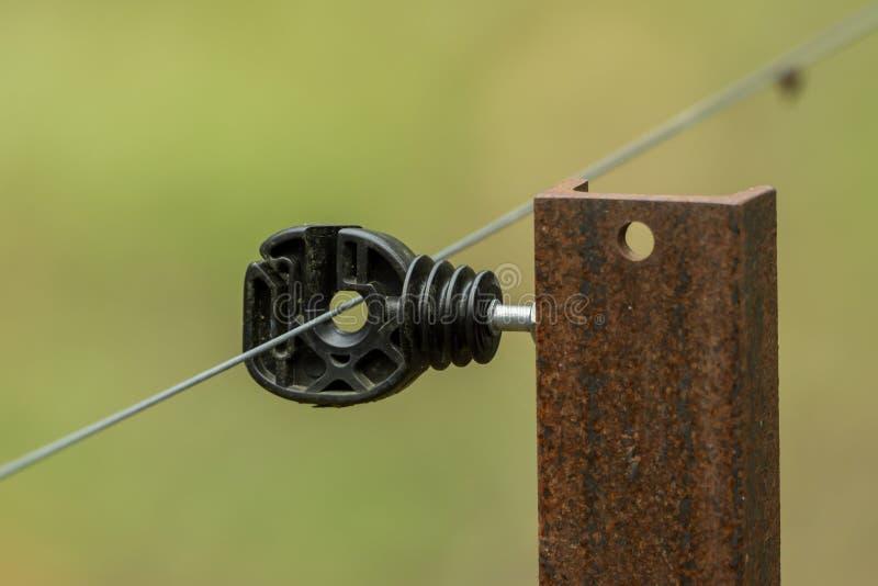 Ein Teil eines elektrischen Zauns stockfoto