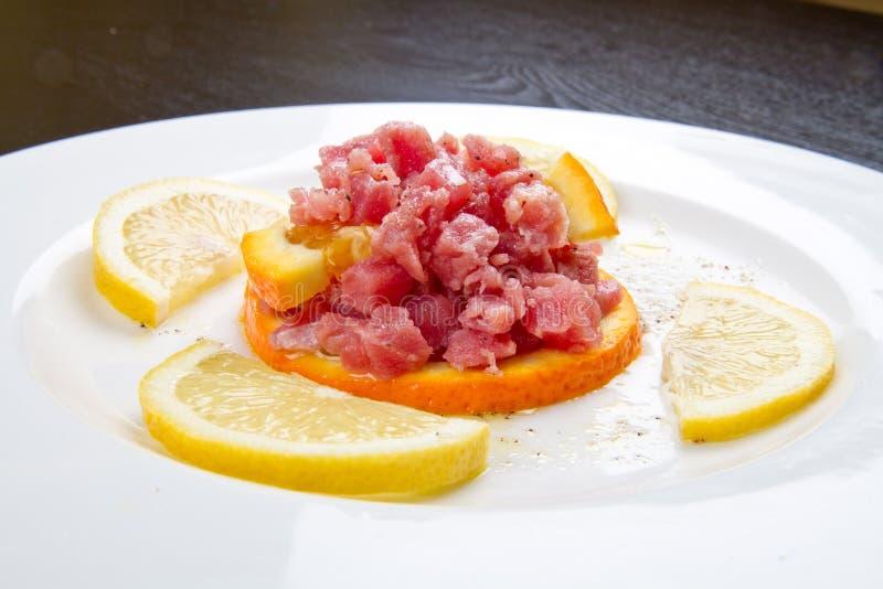 Ein Teller mit Thunfischweinstein lizenzfreie stockfotos