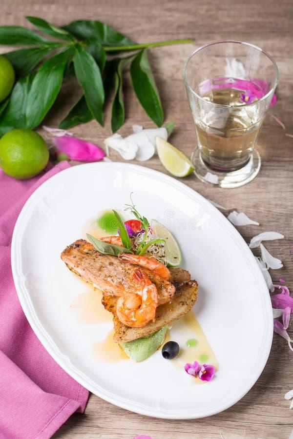 Ein Teller von gegrillten Lachsen und von Garnele lizenzfreie stockfotos