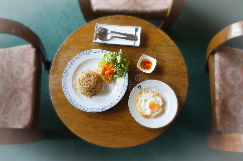 Ein thailändischer Teller von einem vertikalen Gesichtspunkt stockbilder