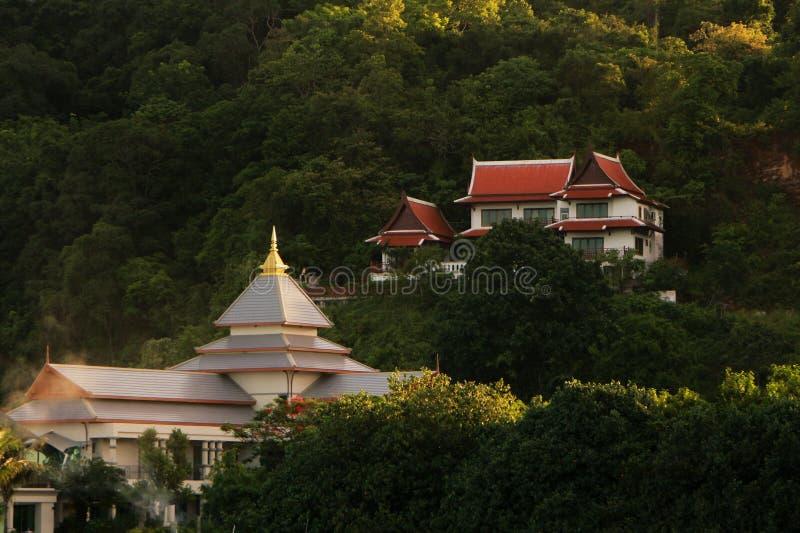 Ein thailändisches zeitgenössisches Abhanglandhaus, Phuket, Thailand stockfotos