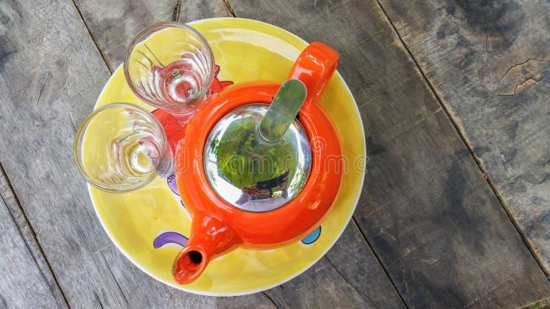 ein Topf Tee mit zwei Gläsern stockbilder
