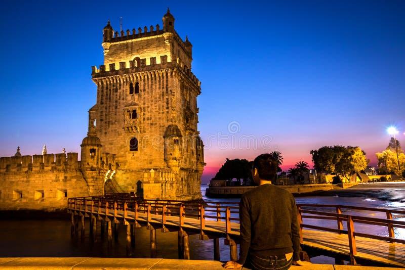 Ein Tourist, der Belem-Turm betrachtet stockbild