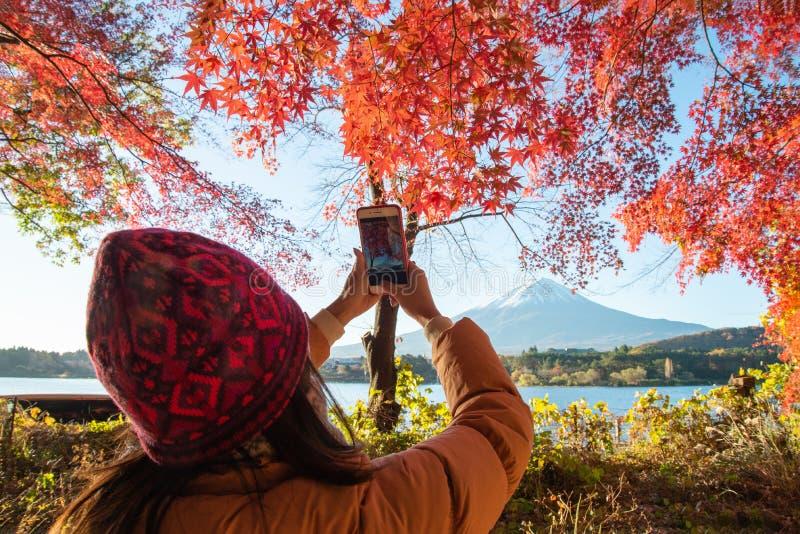 Ein Tourist Fotografie Fujisan mit Ahornblättern tun lizenzfreie stockbilder