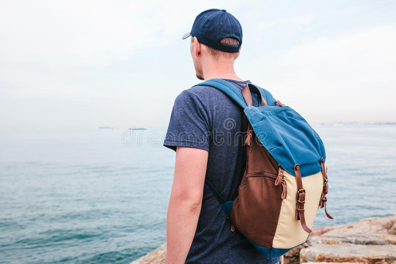 Ein Tourist mit einem Rucksack auf der Küste Reise, Tourismus, Erholung stockfoto