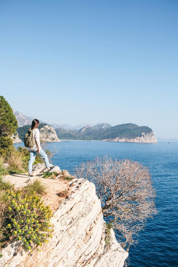 Ein Tourist mit einem Rucksack lizenzfreie stockfotos