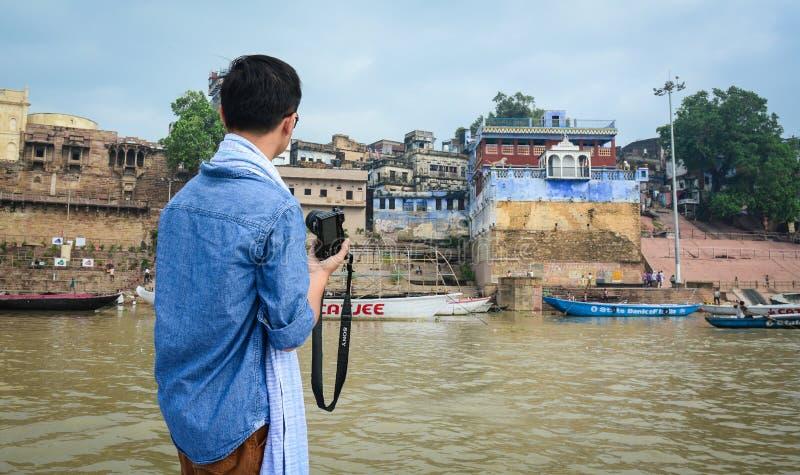 Download Ein Tourist In Varanasi, Indien Redaktionelles Stockbild - Bild von glaube, fluß: 96925184