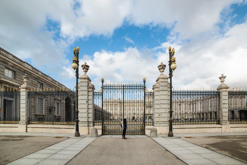 Ein Tourist vor Palacio Real stockbild