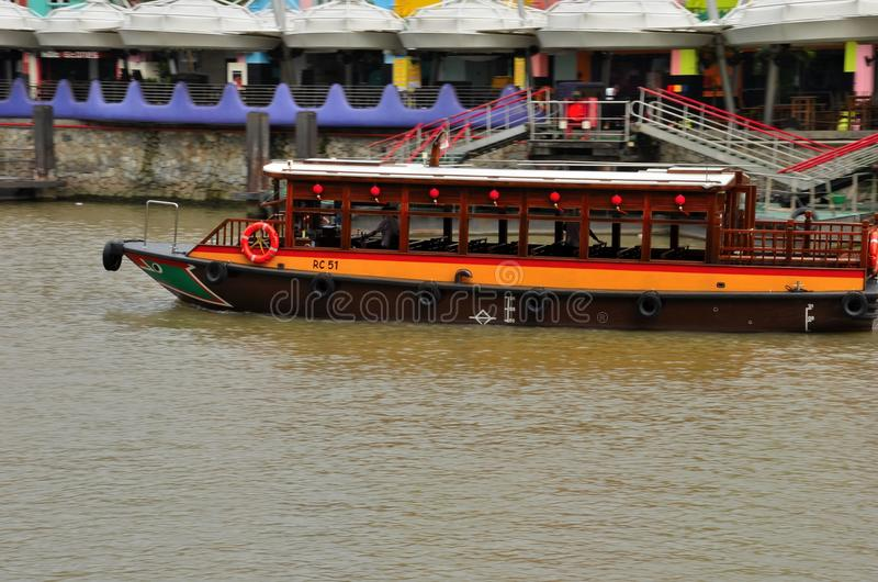 Touristisches Kreuzfahrt bumboat auf Singapur-Fluss lizenzfreie stockbilder