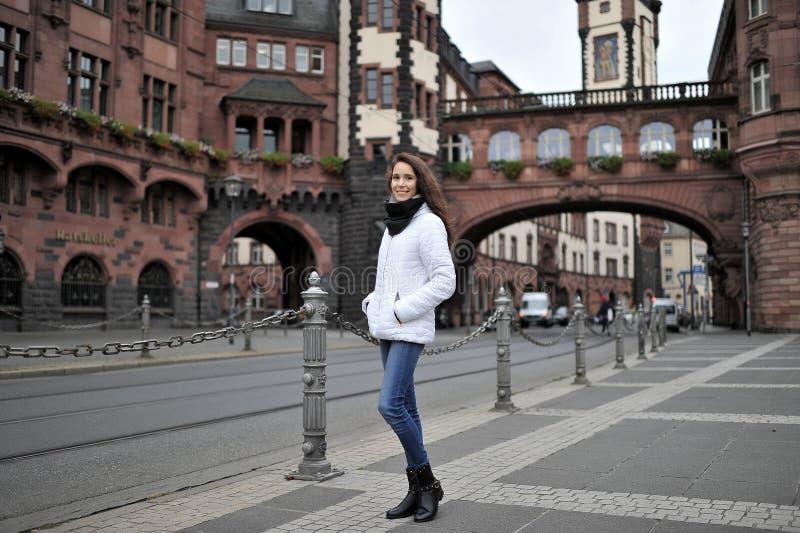 Ein touristisches Mädchen draußen gegen den Hintergrund der Anziehungskräfte stockfotos