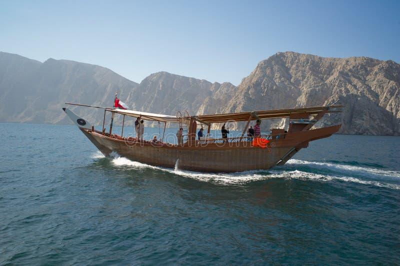 Ein traditioneller Dhow von Oman, der über Meer kreuzt lizenzfreies stockfoto