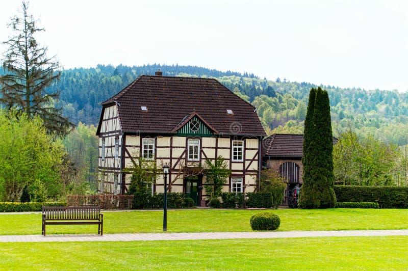 Ein traditionelles deutsches fachwerk haus in einem garten for Traditionelles haus bali