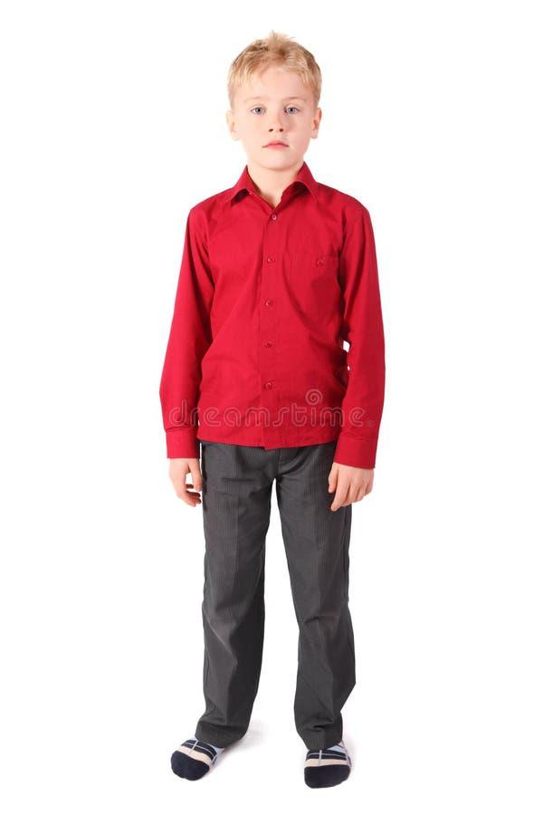 Ein tragendes Hemd und Hosen des netten Jungen steht lizenzfreie stockfotografie