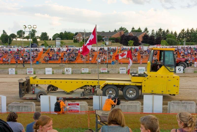 Ein Traktorzug an einem Samstag Abend in Süd-Ontario lizenzfreie stockfotos