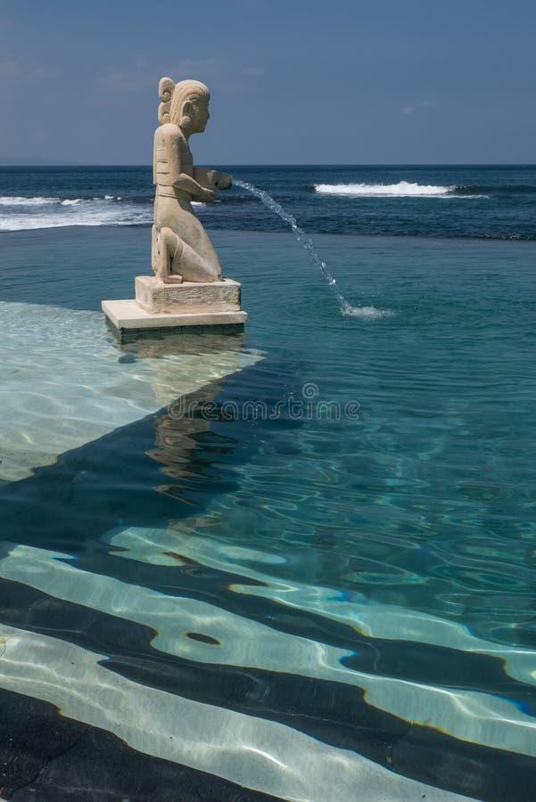 Ein tranqil Swimmingpool in Bali lizenzfreies stockbild