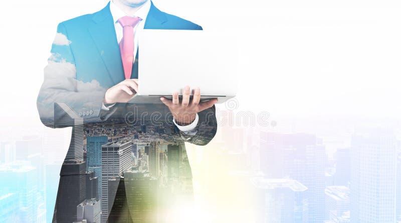 Ein transparentes Schattenbild eines Mannes im Gesellschaftsanzug, der nach etwas Daten im Laptop sucht stockbilder