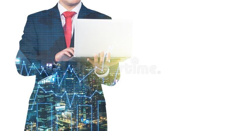 Ein transparentes Schattenbild eines Mannes im Gesellschaftsanzug, der nach etwas Daten im Laptop sucht stockfotografie