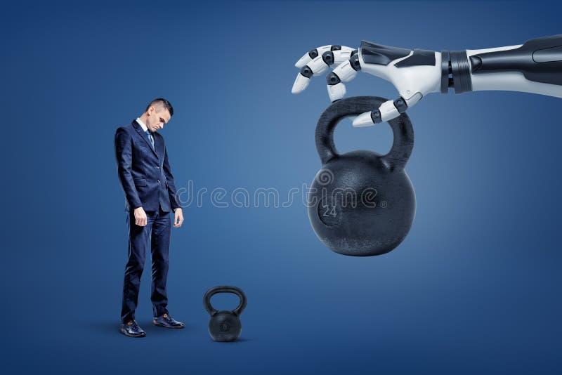 Ein trauriger Geschäftsmann steht nahe einem kettlebell mit einer Roboterhand, die ihm ein anderes enormes Gewicht anhebt und gib stockfotos