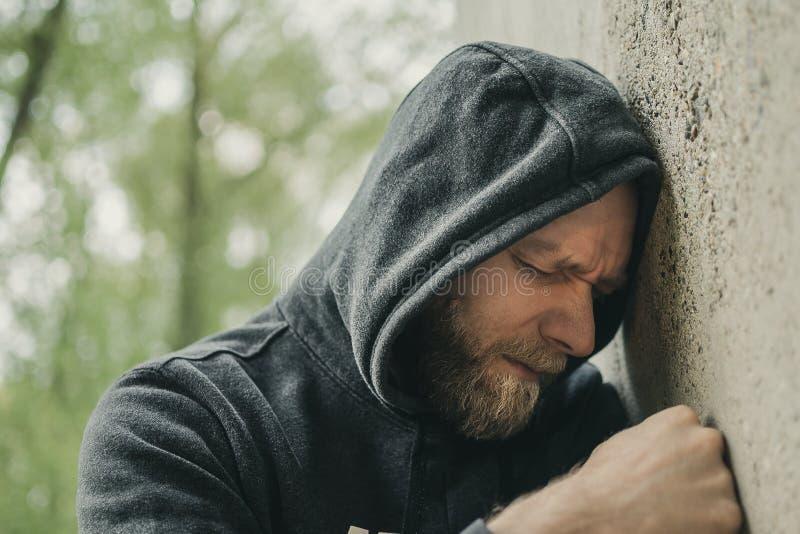 Ein trauriger Mann allein an der Wand stockfotos