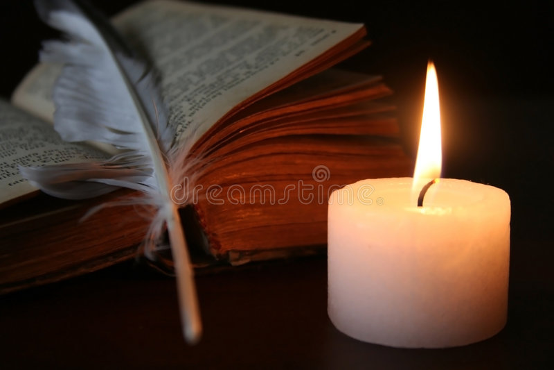 Ein Trio - Kerze, Buch und Feder lizenzfreies stockfoto