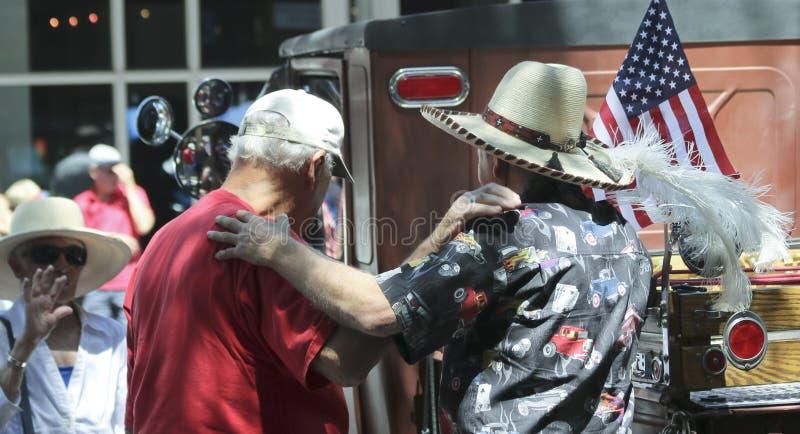Ein Trio von alten Freunden vereinigen sich an einem Weinlese-Car Show in Santa Fe wieder lizenzfreie stockfotos
