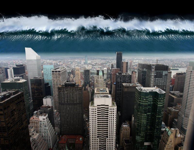 Ein Tsunami kommt gegen die Stadt New York heraus stockfoto