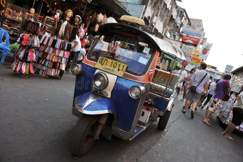 Ein Tuk-Tuk Rollen auf Khao San Straße in Bangkok lizenzfreies stockfoto