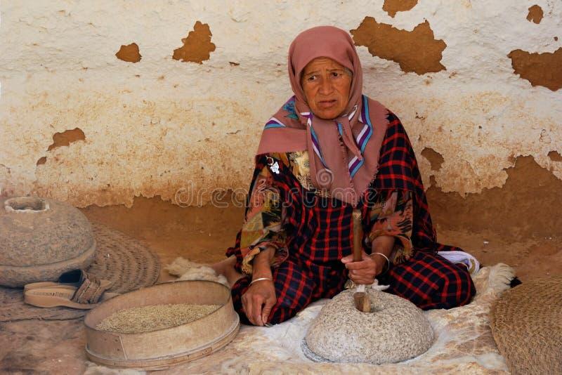 Ein Tunesier zerquetscht Körner stockfotos