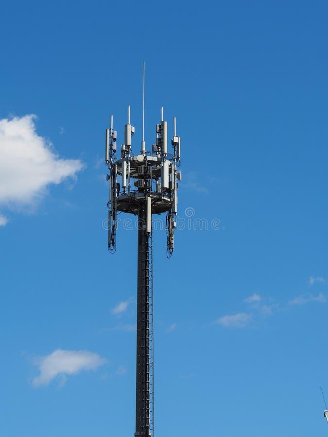 Ein Turm mit Telekommunikationsantennen stockfotos
