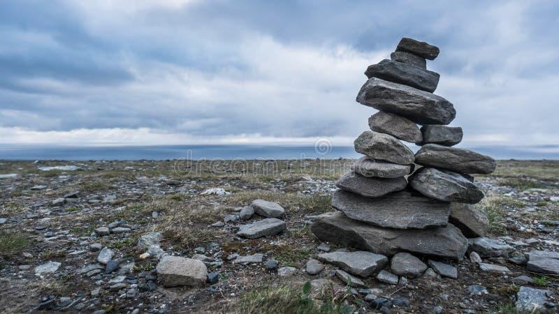 Ein Turm von Steinen am Strand lizenzfreie stockfotografie