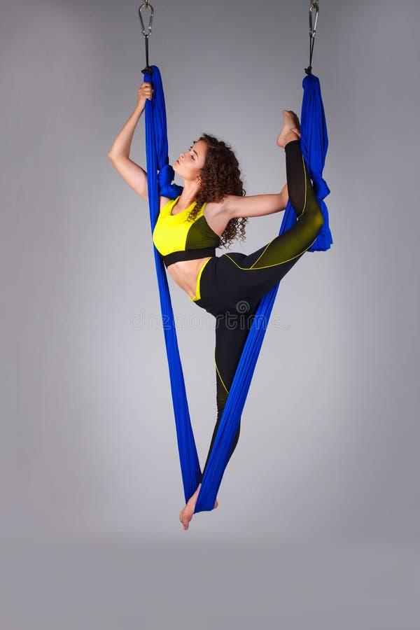 Ein Turner führt Übungen mit gymnastischem Segeltuch durch stockfoto