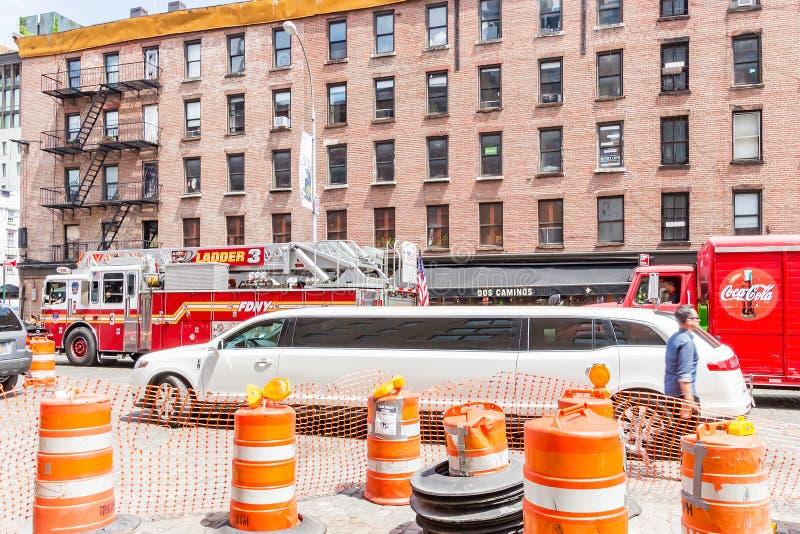 Ein typisches Bild von New York mit Straßenarbeiten, Limousinen, Löschfahrzeugen, usw. in New York USA stockbild