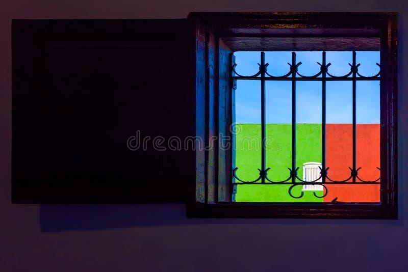 Ein typisches kubanisches Fenster, welches die Wand und den Himmel übersieht, ist blau, lizenzfreie stockbilder