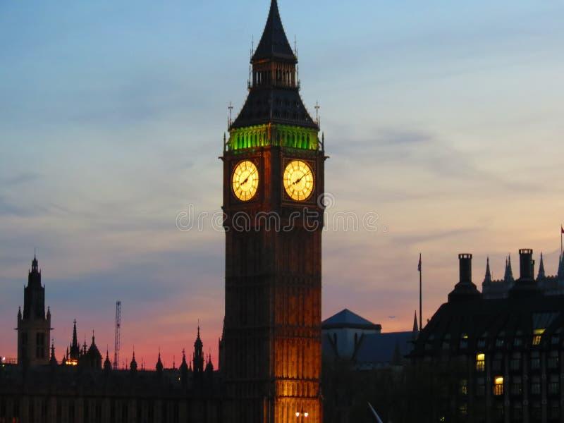 Ein Uhrwerk beleuchtet herauf Orange lizenzfreie stockfotos
