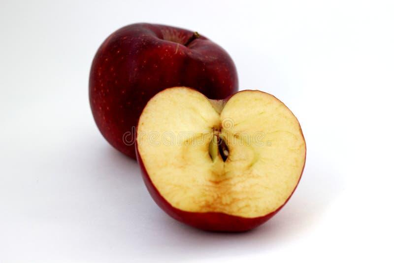Ein und halbe Äpfel lizenzfreies stockbild