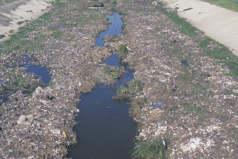 Ein undesignated städtisches Dump auf dem Los Angeles-Fluss in Compton, Kalifornien stockbilder