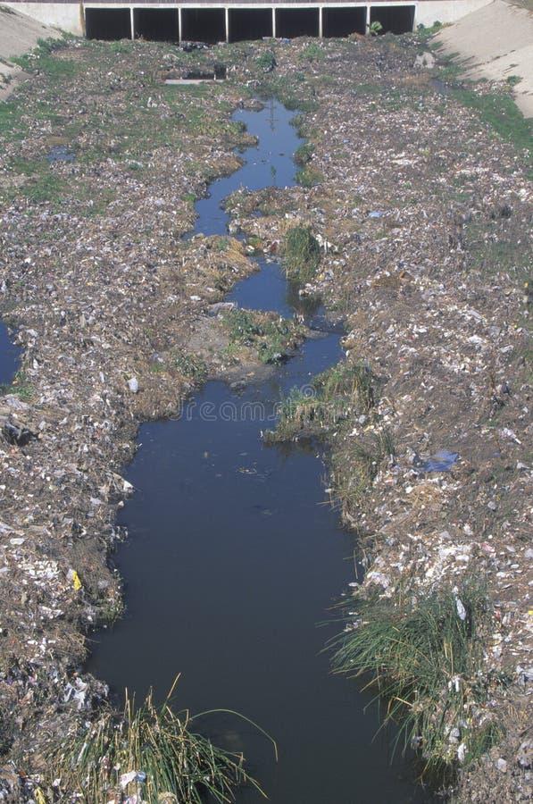 Ein undesignated städtisches Dump auf dem Los Angeles-Fluss in Compton, Kalifornien stockfotografie