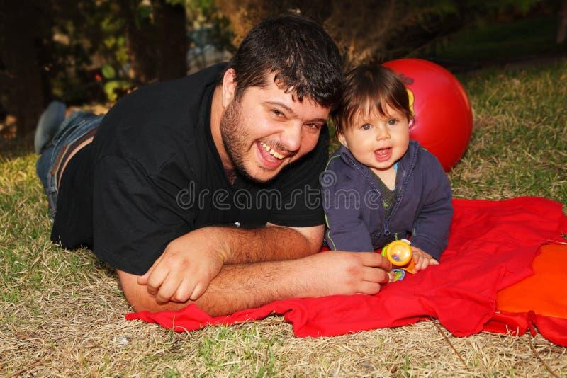 Ein Vater mit Sohn im Holz lizenzfreie stockbilder