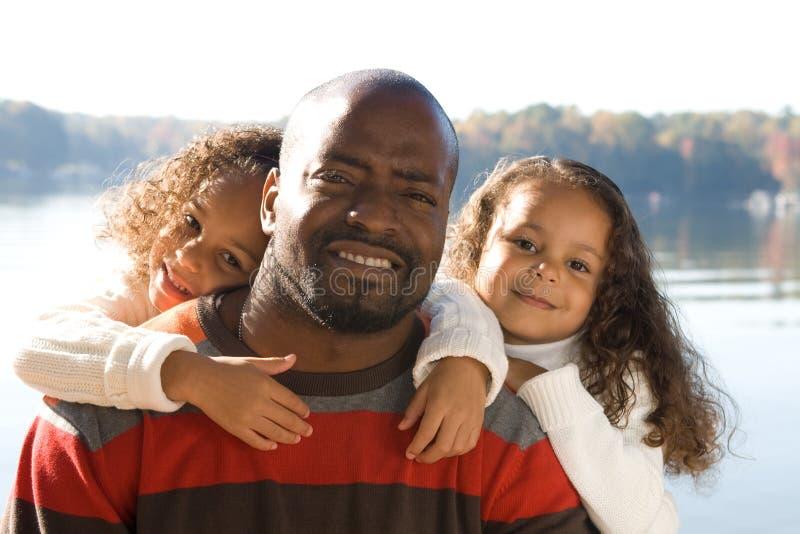 Ein Vater und seine Töchter lizenzfreie stockfotos