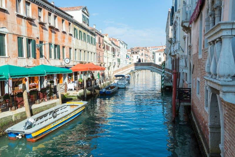 Ein Venedig-Kanal im Sun stockbilder