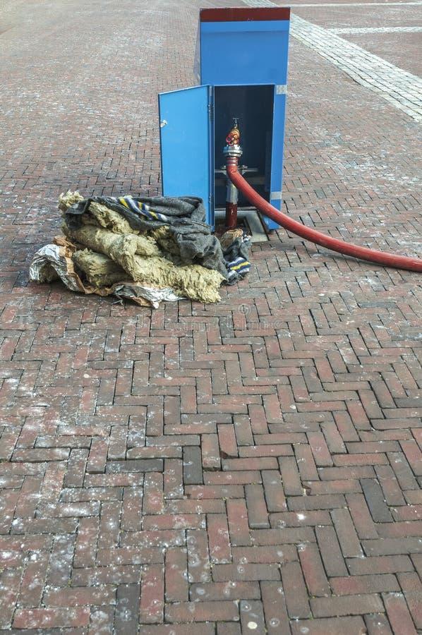 Ein verbundener Hydrant draußen stockfotos