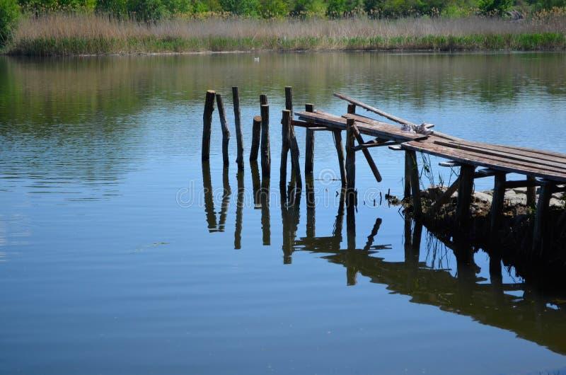 Ein verfallener alter Flusspier stockfotos