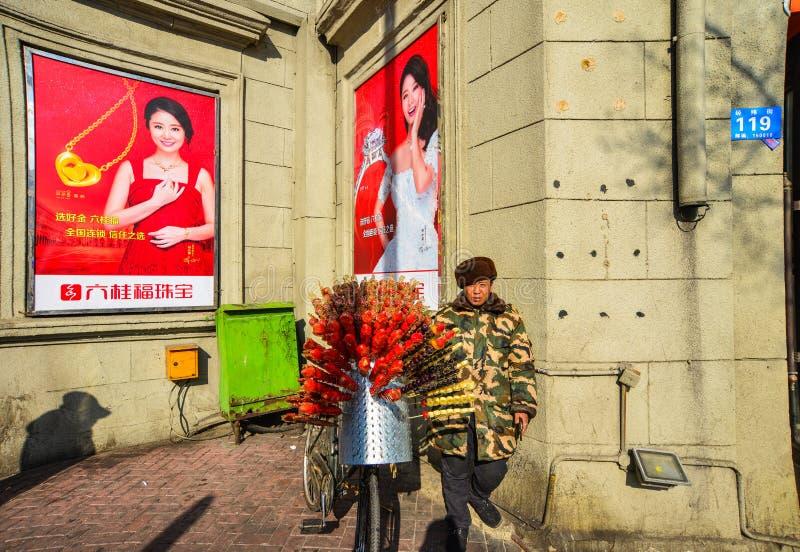 Ein Verkäufer, der kandierte Früchte verkauft lizenzfreies stockfoto