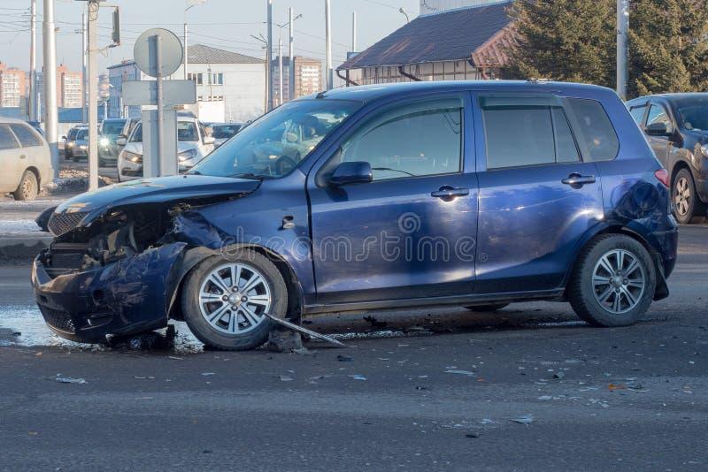 Ein Verkehrsunfall auf einer Stadtstraße, ein Auto mit kaputter Front stockbild