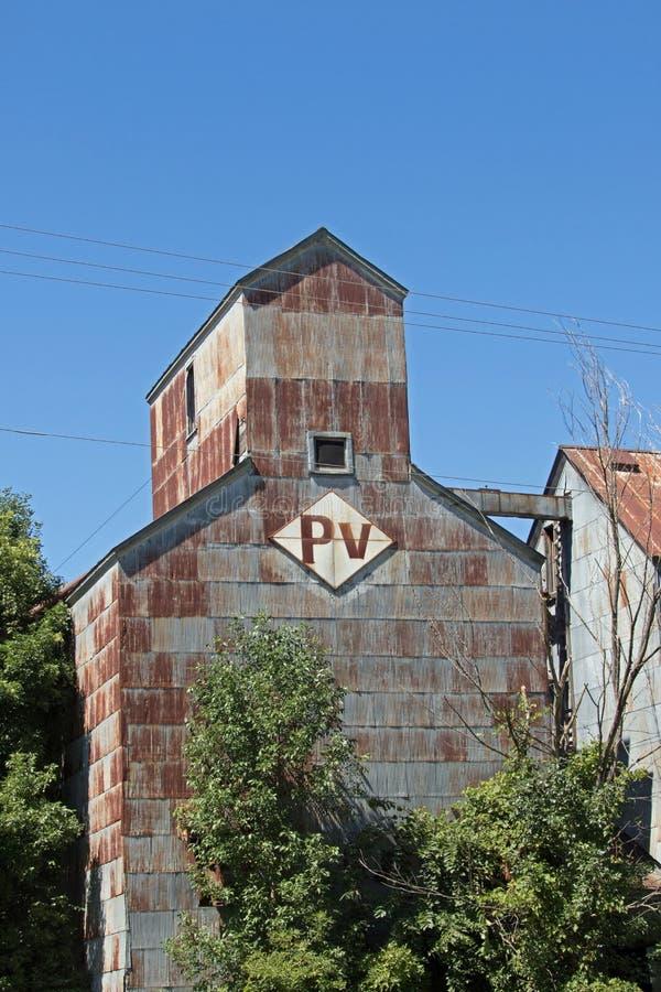 Ein verlassener Getreideheber und eine Futtermühle lizenzfreies stockfoto