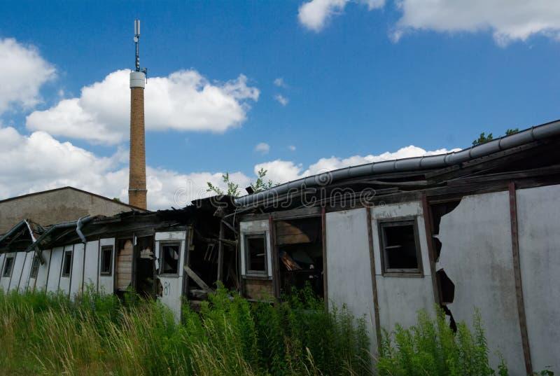 Ein verlassenes altes industrielles kleines Bürohaus lizenzfreie stockbilder