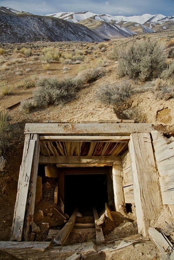 Ein verlassenes offenes Bergwerk in der Wüste stockfotos