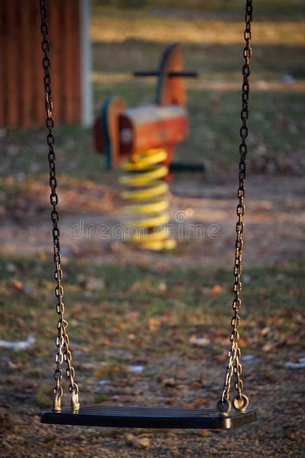 Ein verlassenes Schwingen auf einem Spielplatz lizenzfreies stockbild