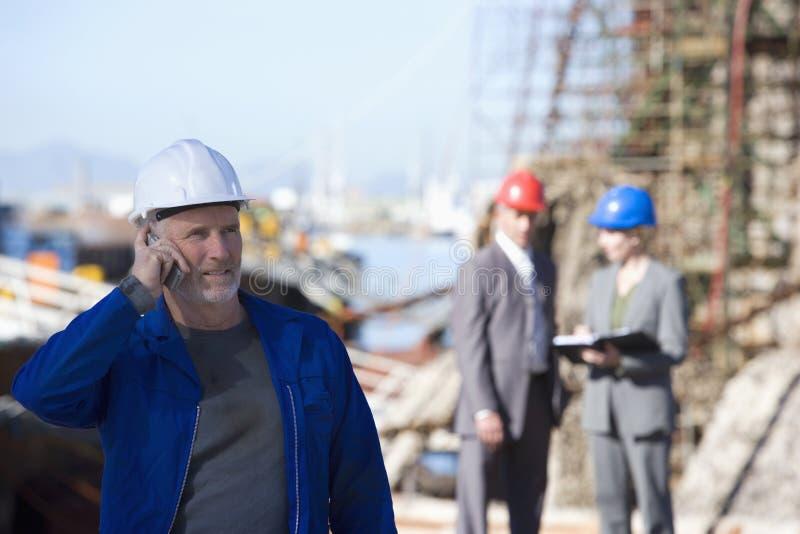 Ein Verschiffeningenieur, der am Telefon spricht lizenzfreies stockfoto